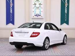 ボディーカラーは男女問わず人気の「ポーラーホワイト(ソリッド)」です。ボディーサイズは、全長4640×全幅1770×全高1445mmと運転しやすいサイズです。