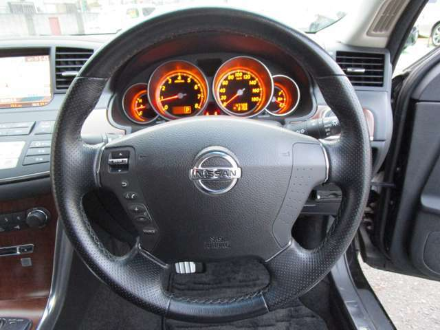 【本革巻きステアリング】 ♪ステアリングスイッチ付♪ ☆ハンドル周りにオーディオなどのスイッチが付いているため、運転中でも操作が簡単!便利です!! しかも安全です♪