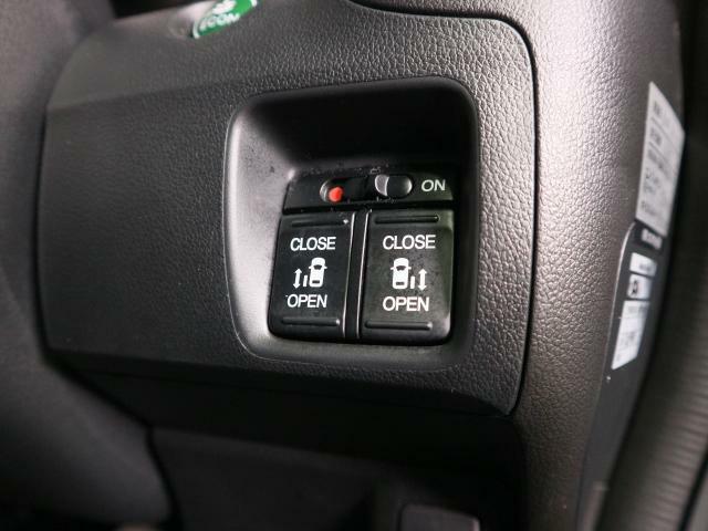 運転席にいながら後席両側の電動スライドドアの開閉が可能です。