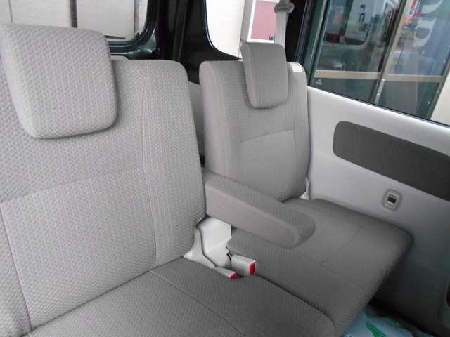後部座席にもアームレストを搭載。貨物車であることを忘れてしまう装備
