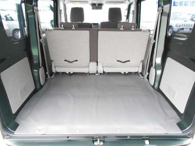 後部座席を倒せばフルフラットになります、簡易ベットを2つ並べることも可能!キャンパー仕様にもなります。