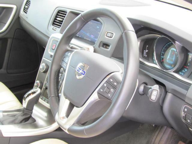 ステアリングにはパドルシフト、クルーズコントロール、ナビコントロールボタンが装備されております。ステアリングから手を放さず、安全に操作可能です。