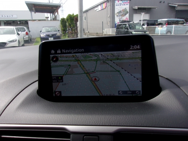 マツダコネクト付き。AM/FMラジオやナビゲーションなどの基本的な機能から、スマートフォンやポータブルオーディオUSBメモリー内の音楽再生まで出来ます。運転に必要な平均燃費も確認が出来ます。