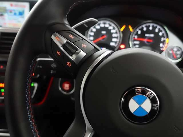 ♪M Driveボタンは快適でしなやかな走りから、サーキット走行のようなスポーティーでダイレクトな走りまでドライバーの好みにあわせ設定を変更することが出来ます。