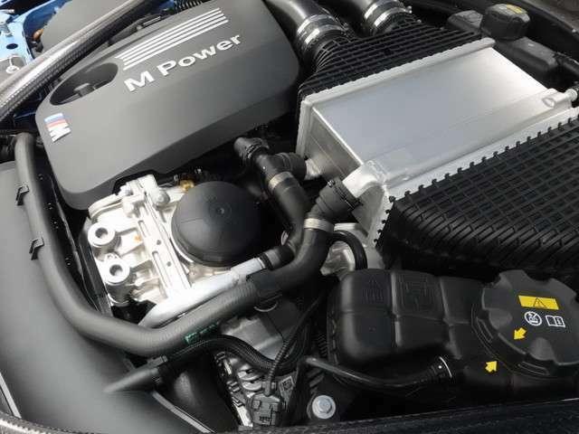 出力450ps、トルク/回転数550n・m(56.1kg・m)/5500rpmのハイパワーエンジンを、存分にお楽しみください!