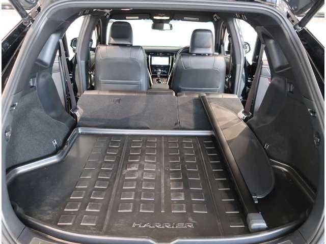 通常でも、広くて平らで使いやすいラゲージスペース♪後席シートを前に倒すとさらにワイドに!