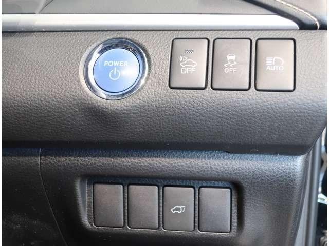 スマートキーを携帯していれば、ドアの解錠・施錠ができます。エンジンの始動も、ブレーキを踏みながらスイッチを押すだけ♪