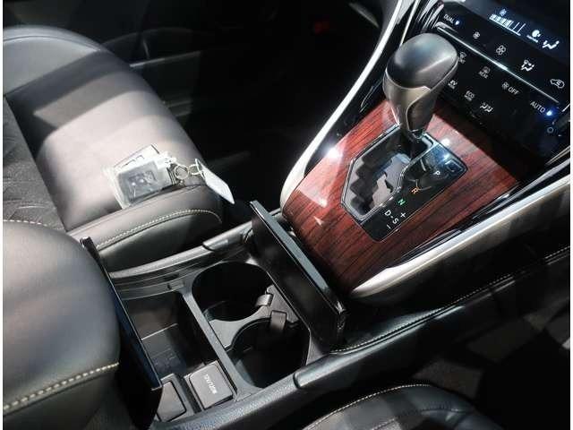ドライバーの操作しやすい位置に配置されたシフトレバー。ゲート式なので、シフトチェンジの時にシフトミスが起こりにくいです♪