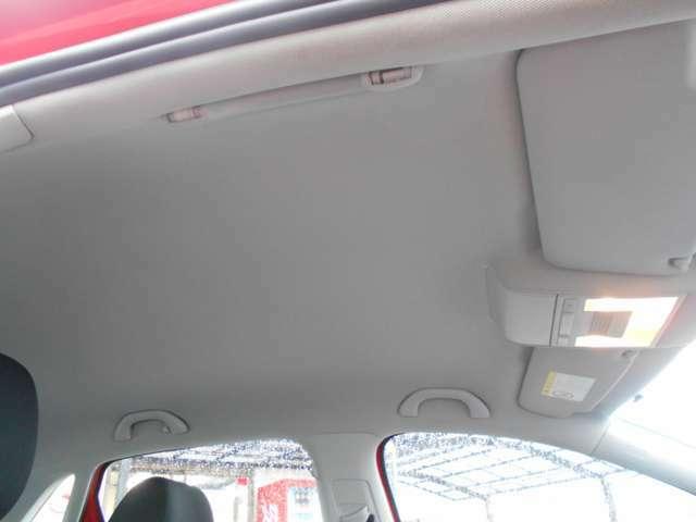 当社では、状態の良し悪し関係なしに、専門業者にて天井を張り替えております。ヨーロッパ車の天井や内貼りの剥がれやたるみは、環境問題で水性の接着剤を使用し、高温多湿の日本の気質に耐えられないからです。