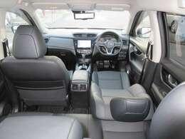 視点が高く、周りが見えやすいシート位置となっております。運転する時の眺めもいいですよ♪シートは座っている方を程よくホールドし、アームレストが付いているので運転中も疲れにくくなる工夫を多く備えております