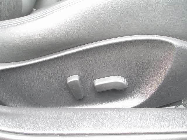 運転席は便利なパワーシートです!微妙なシートポジションの調整も可能です!