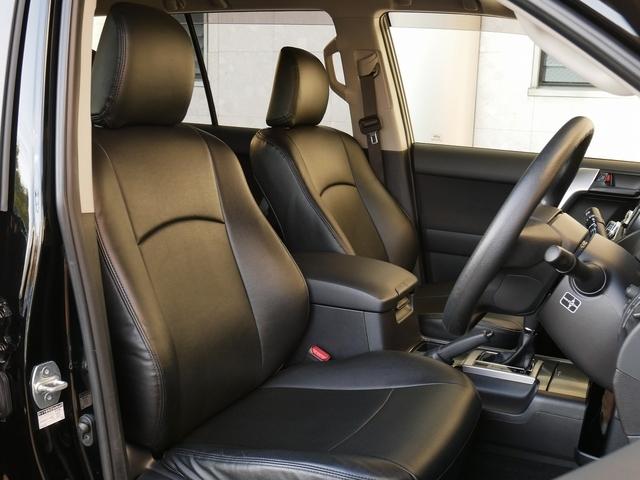 ブラックシートカバー装着で高級感ある内装になっています。