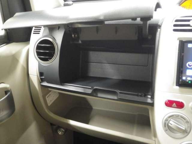 【グローブボックス】使いやすい上下2段式のグローブボックスです。下段に車検証入れなどの嵩張る物を入れて、上段には手回り品や小物など収納出来て、とても便利ですよ!!