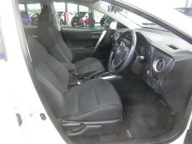 運転席に上下アジャスターがついていて、座ったままで自分にちょうどいいポジションに調整することができます。