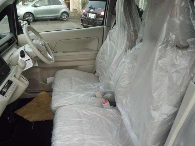 ベンチシートになっています。運転席・助手席の行き来もしやすく、駐車時にも便利です!運転時、お手荷物を近くに置いておけるので女性に人気の装備ですね♪