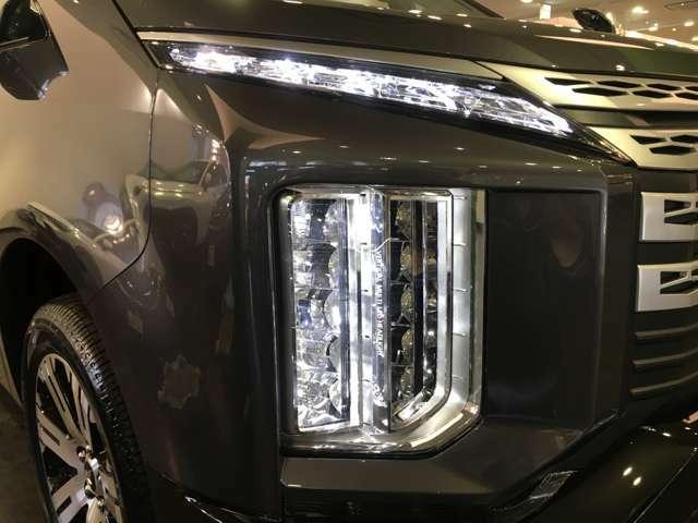 【 LEDヘッドライト 】悪天候や夜間の走行も視界良好で安心してお乗りいただけます。