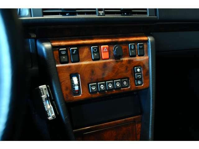 ウッドパネルの色あせもなく、この車が大切にガレージで保管されていたことがわかります。