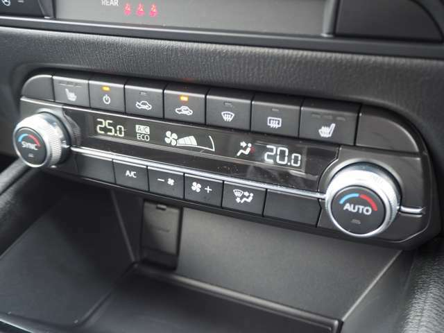 運転席側・助手席側で独立した温度設定のできるオートエアコン。