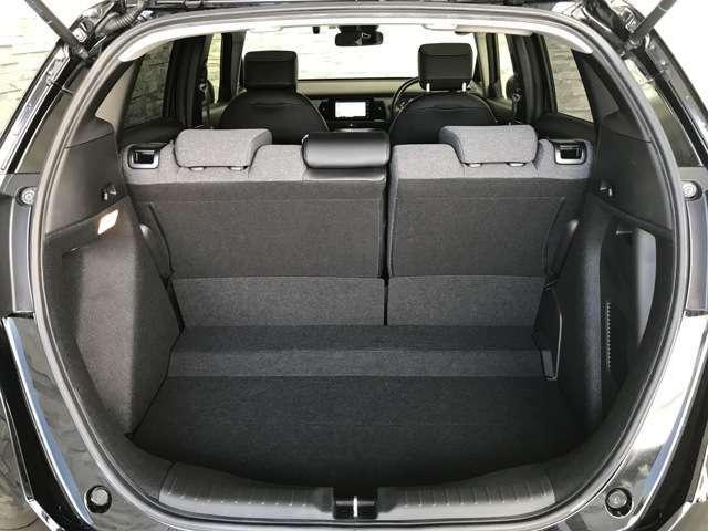 荷室開口部の横幅が広いので、荷物の積み降ろしが楽に行えます。