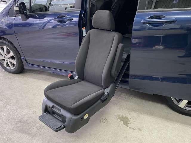 スイッチ1つで椅子を車から降ろすことができます。