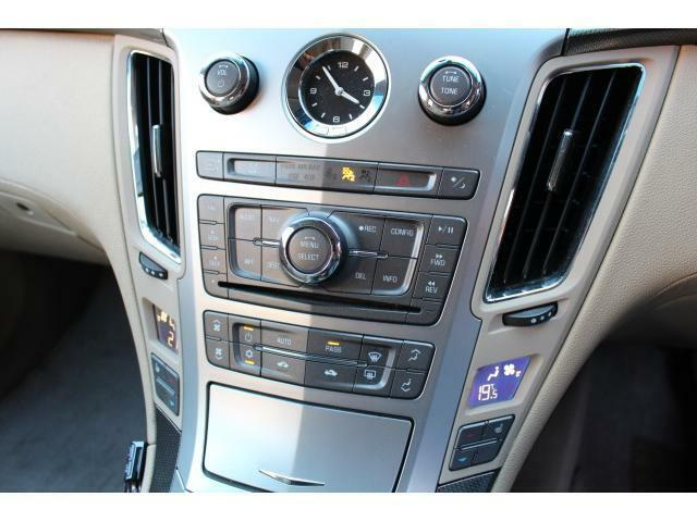 操作スイッチは左右対称にレイアウトされており、操作性も良い配置になっております。