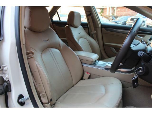 運転席・助手席はパワーシートになっておりシートヒーターも装備されております。