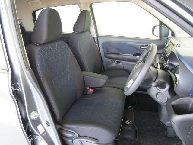 フロントシートにアームレスト装備。運転席、助手席ともにシートヒーター付きです。