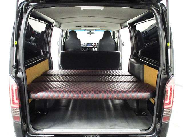 ラゲッジには、休憩や車中泊に便利なベッドキットを設置しています。