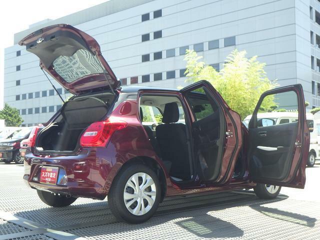 前後のドアは段階的に開くので狭い駐車場などでも安心して開閉できます!
