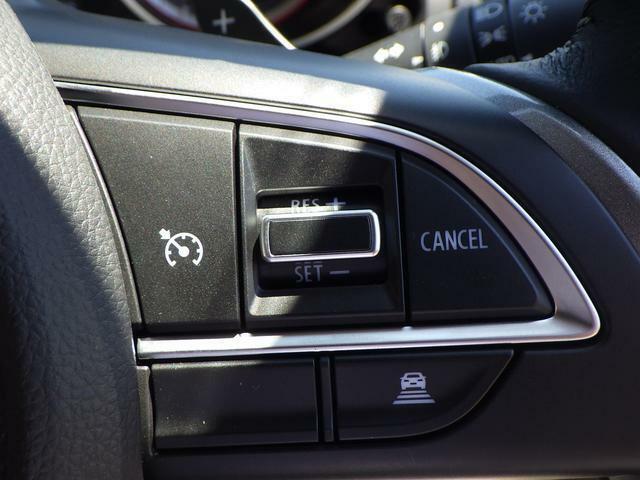 ステアリングの右側には長距離ドライブをサポートするアダクティブクルーズコントロールのスイッチがあります!先行車との距離を一定に保ち走行できます♪