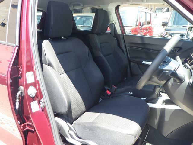 ドライバーを包み込むようなホールド感の有るフロントシートを採用しています!長時間のドライブでも安心です♪また、両席にはスイッチを入れると即暖性に優れたシートヒーター機能付き!寒冷時の強い味方です♪