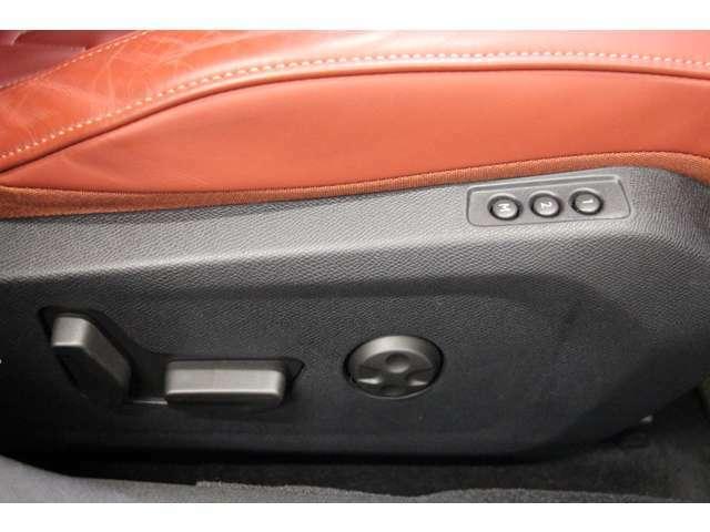 メモリー機能付きのパワーシートです。また、ランバーサポートでロングドライブも肩と腰回りをサポートしてくれます。