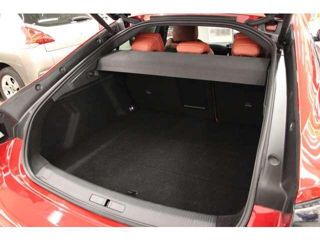 ラゲッジスペースもしっかり確保されているので大きめのお荷物でも安心です。フロアをめくるとスペアタイヤがございます。
