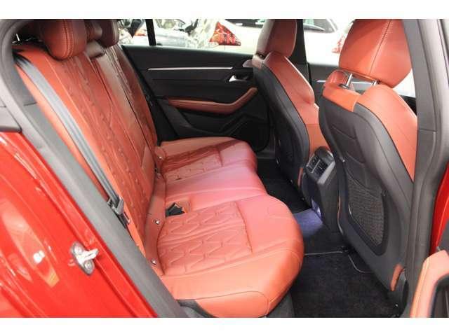 後部座席も同様に赤のナッパレザーシートです。目立つ汚れや傷などもなく綺麗な状態です。
