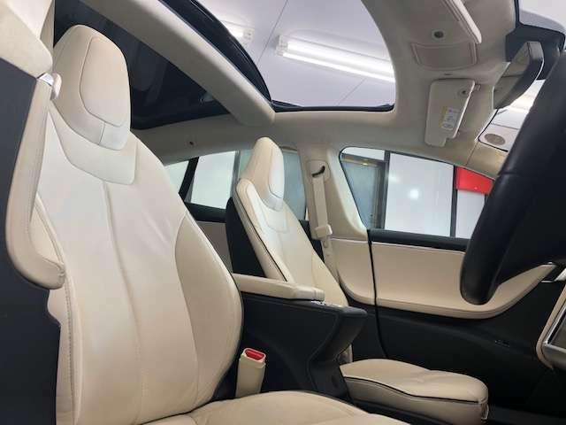 パノラミックサンルーフ装備車でございますので車内ではとても解放感がございます。是非ご体感下さいませ。