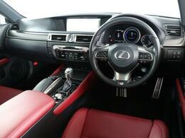 適度なホールド感と高品質感を共有し、満足感と安心感をもたらす運転席周りです。