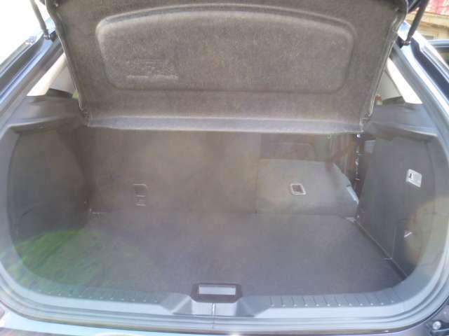後部座席は分割でシートを倒せます積み込みの荷物によってシートのアレンジが可能です