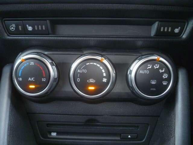 任意の温度設定で風量や吹き出し口を自動コントロールしてくれるオートエアコン装備