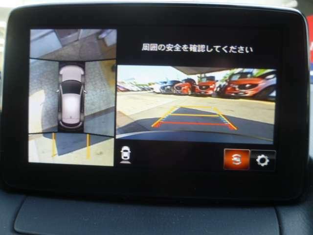360°ビューモニターでは、両サイドとフロント、バックカメラの合成で、あたかも上空から見下ろした様に周囲を確認して頂けます。駐車場だけでなく、T字路等でも活躍のアイテムです!
