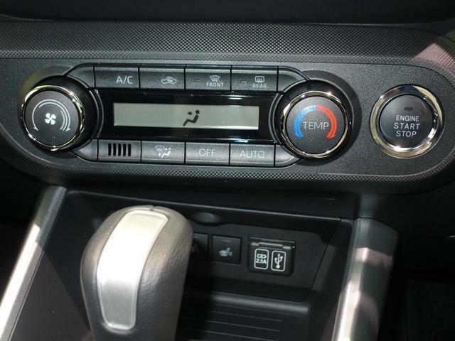 プッシュスイッチは左にあります。0、5度刻みのオートエアコン