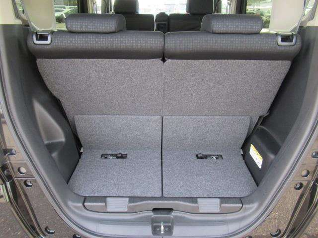 狭い駐車場などでテールゲートが開けられない時、座面をはね上げれば荷物を積める空間に。はね上げ操作はワンアクションです♪
