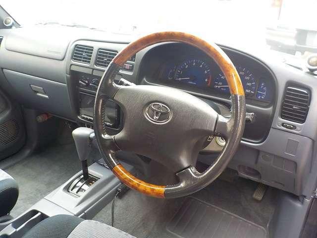 ☆ハイラックスは内装の状態に何があるものが多いのですが現車はとてもいい状態です!17年前の車両とは思えません♪