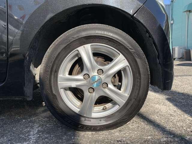 タイヤは社外13インチAWにノーマルタイヤを履いており、タイヤ山はおおよそ各7分山程度と割と残っている印象でした。タイヤサイズは145/80R13となります。 スペアタイヤは車内に積み込んでおります。