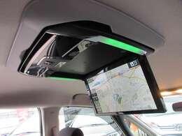 アルパイン12.8型フリップダウンモニター付き♪ 長距離ドライブの時も後部座席の人も退屈しませんね♪