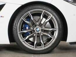 ◆タイヤサイズは前が255/35ZR19で、後ろが275/35ZR19です。高い制動力を発生させる「Mスポーツブレーキ」の青いキャリパーがみえます◆