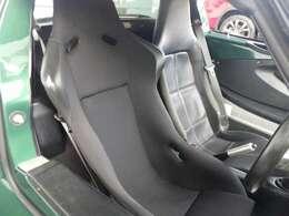 運転席にはBSKのカーボンケブラーシートを採用しております。