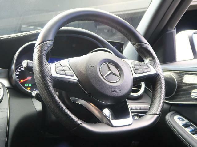 ●革巻きスポーツステアリング(フラットボトム式)『高級感溢れるコックピットは運転を視覚的にも楽しませてくれます!』