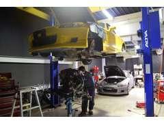 スポーツカーのエンジンやミッションオーバーホールも頻繁に行っています。昔ながらに手作業で分解、洗浄、調整、組立てをします
