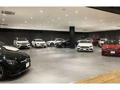 延床面積1453平米の広く開放的な店舗に、常時100台を展示!