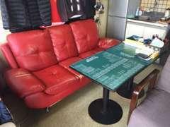 事務所は必要最低限の広さではございますが、ゆっくりと商談が出来るように、ちょっと派手ですが、赤いソファーを完備(笑)